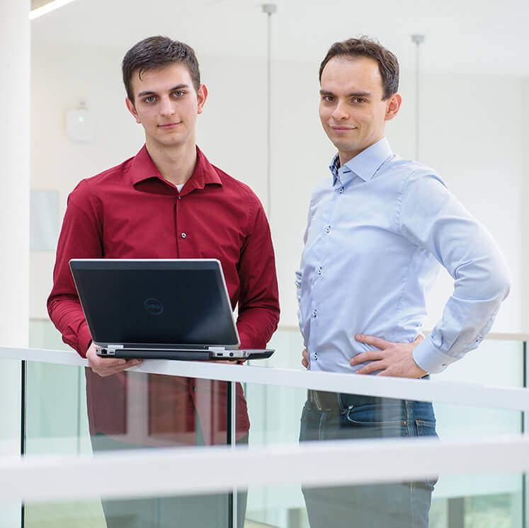 Zwei Studierende mit Laptop