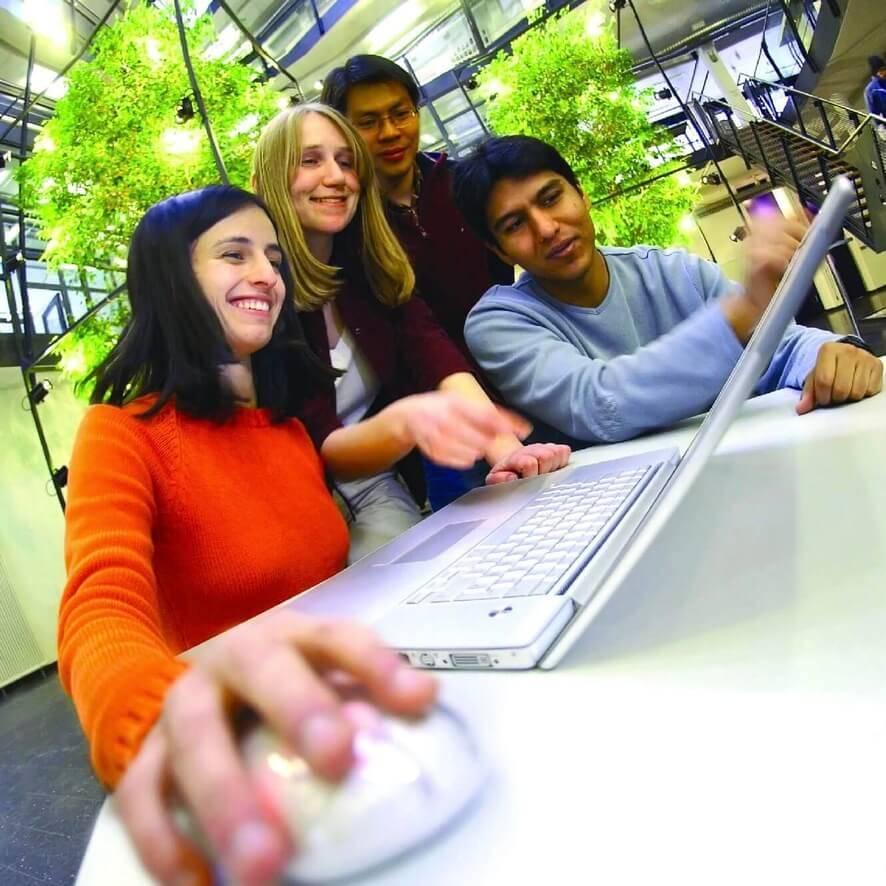 Studierende die einen Laptop anschauen