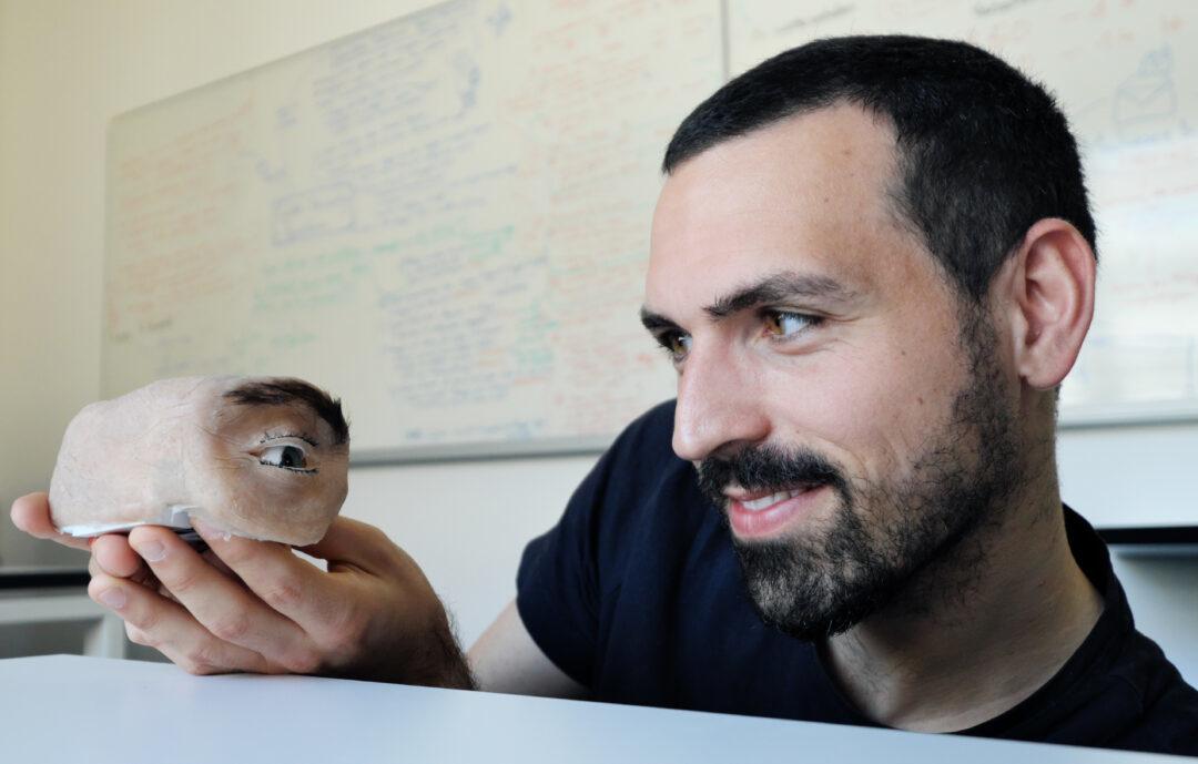 Marc Teyssier mit der anthropomorphen Webcam 'Eyecam' ©Thorsten Mohr